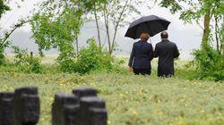 Hollande et Merkel sous le même parapluie pour commémorer