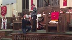 Il demande la main de son copain à l'église, les fidèles les