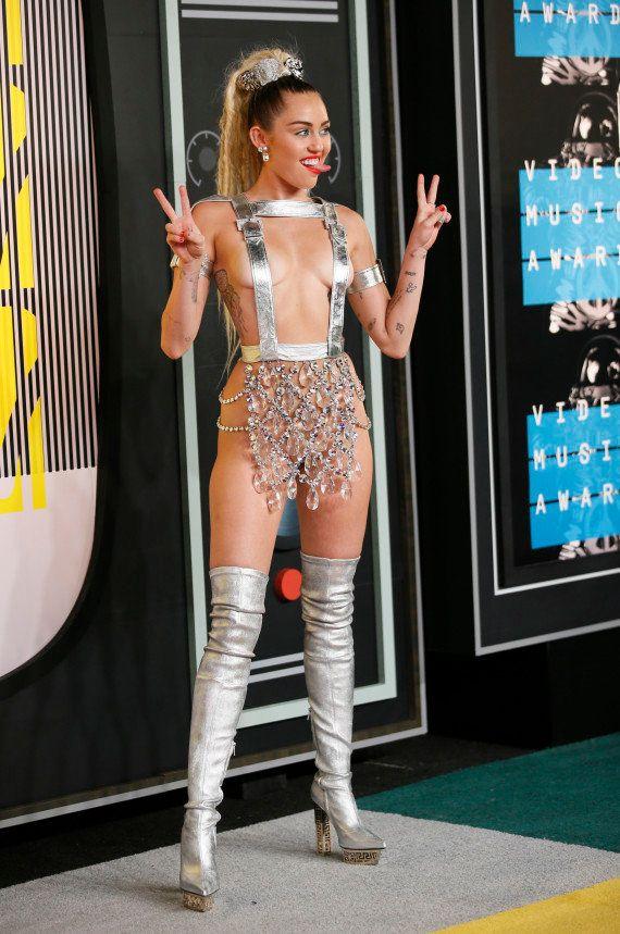 PHOTOS. Miley Cyrus a présenté (presque) nue les MTV Video Music Awards 2015 et a montré un