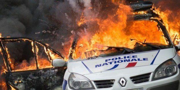 Voiture de police brûlée à Paris: deux suspects restent libres, trois autres en détention