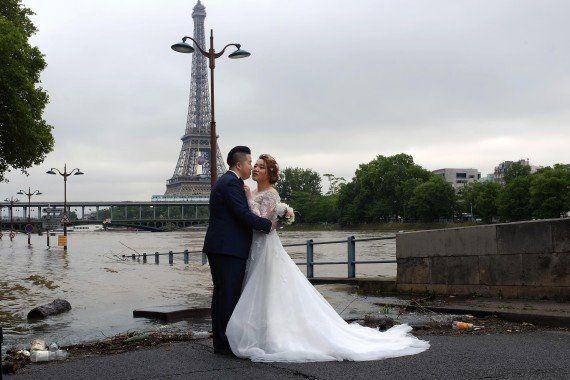 Les photos de mariage devant la Seine sont beaucoup moins glamours en temps de