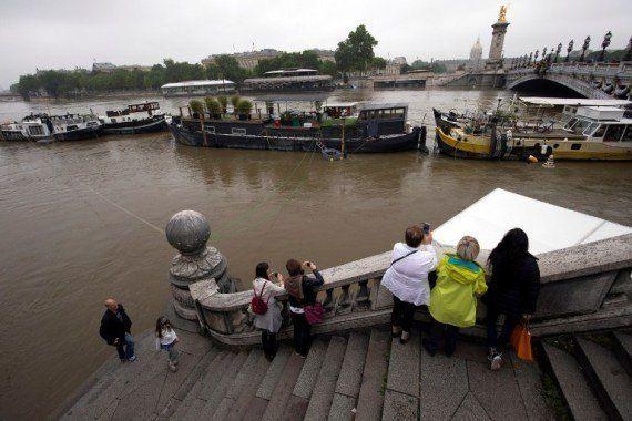 PHOTOS. Dans les villes touchées par les inondations, les sinistrés entament l'après-crue bottes aux