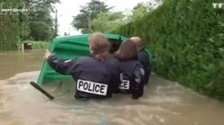 La police s'est littéralement mouillée pour aider les