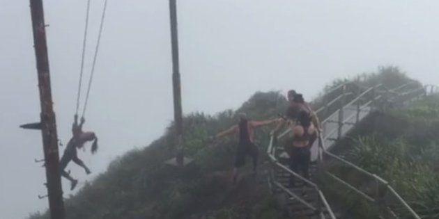VIDÉO. Elle a voulu faire de la balançoire tout en haut d'une montagne et elle a failli y