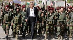 BHL pose aux côtés des combattants kurdes face à