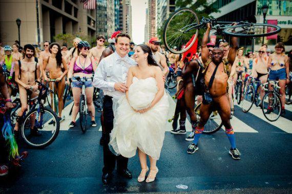 PHOTOS. Photos de mariage: des cyclistes nus en guise de