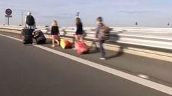Coincés par la grève des taxis, ces voyageurs ont fini leur trajet à