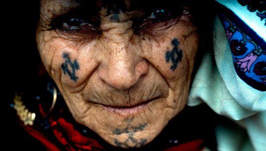 C'est quoi ce tatouage berbère sur ton