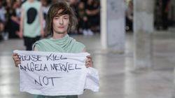 Un mannequin adresse un message douteux à Merkel à la Fashion