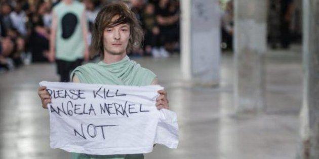 Fashion Week : un mannequin adresse un message douteux à Angela Merkel lors du défilé Rick