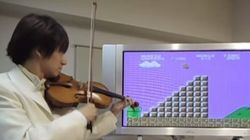 Il reproduit la musique et les bruitages de Super Mario Bros au