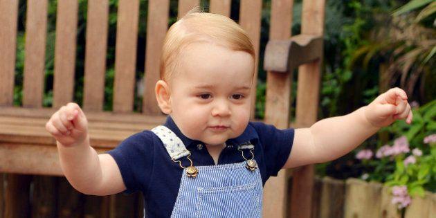 Famille Royale britannique: nouvelle photo officielle du Prince George marchant, pour fêter son premier...