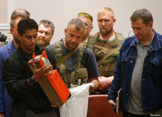 Vol MH17: les boîtes noires remises à la Malaisie, cessez-le-feu autour du site du