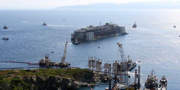 PHOTOS. Le Costa Concordia a quitté l'île du Giglio mercredi, l'Italie rassure la France sur le risque...
