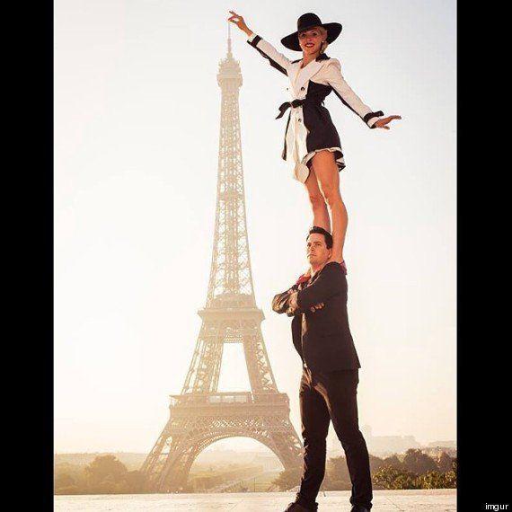 PHOTOS. En posant devant la tour Eiffel, ce couple d'acrobates a bien fait rire les