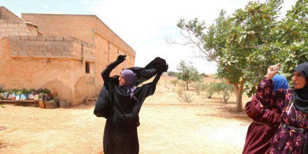 PHOTOS. Cette Syrienne jette son niqab après le départ des troupes de