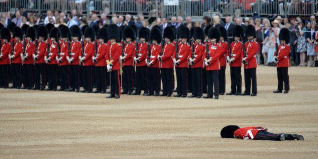 PHOTO. Un membre de la garde royale anglaise au sol après un malaise à la cérémonie