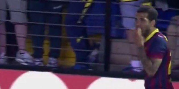 VIDÉO. Racisme : le joueur du Barça Daniel Alves mange la banane qu'un supporter lui a