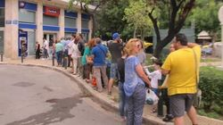 REPORTAGE - Une journée de file d'attente devant les distributeurs