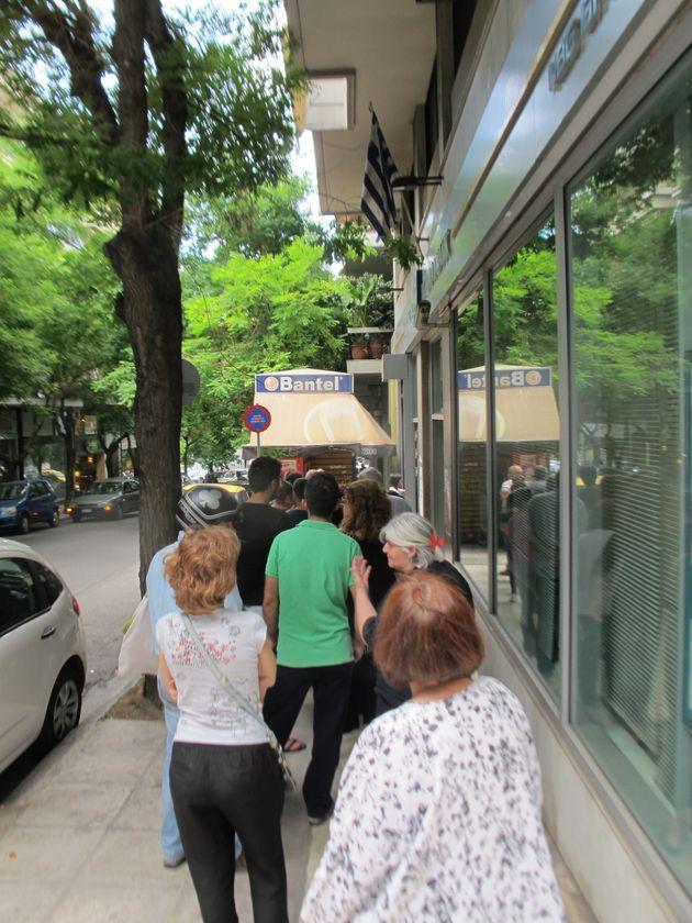 Devant les distributeurs en Grèce, une journée de file d'attente