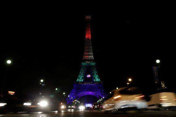 Tour Eiffel et drapeaux arc-en-ciel, minutes de silence, ... Les hommages de la France après la tuerie