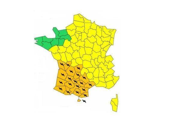 Orages: 19 départements en alerte orange, un toit de supermarché s'effondre dans le Morbihan, pluies...
