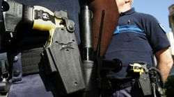 Les policiers pourront rester armés hors service, même après l'état