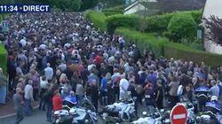 Les images de la foule qui rend hommage au couple de policiers