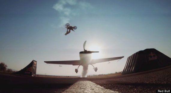 VIDÉO. Nick de Wit : il passe au dessus d'un avion en plein vol... à