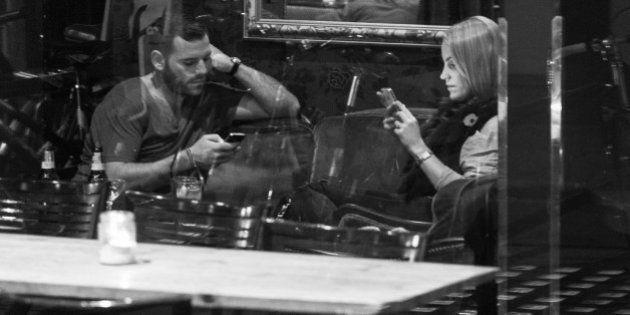 PHOTOS. Les smartphones tuent-ils la conversation ? Ce photographe le