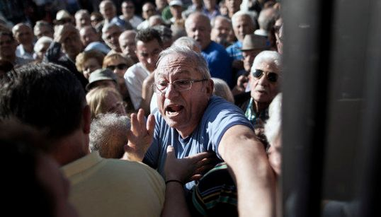 Les poignantes images des retraités grecs qui se ruent dans les