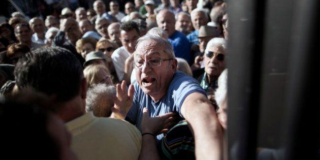 PHOTOS. Crise grecque : Scènes poignantes de retraités qui se ruent dans les banques pour retirer 120