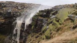 Il y a tellement de vent que cette cascade s'est