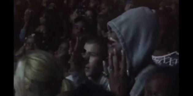 VIDÉOS. Jay-Z incognito dans la foule pour assister au concert de