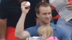 Ce papa rattrape une balle en plein match de baseball (et évite un gros bobo à sa