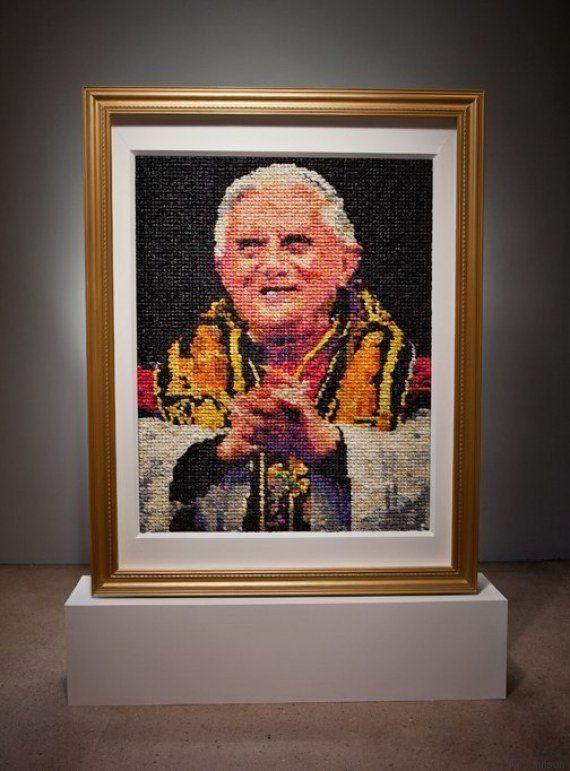 PHOTO. Ce portrait de Benoît XVI en préservatifs embarasse la communauté