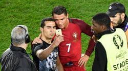 Malgré sa soirée difficile, Ronaldo accepte de faire un selfie avec un fan entré sur la