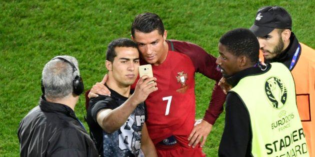 Malgré sa soirée difficile lors de Portugal - Autriche, Ronaldo accepte de faire un selfie avec un fan...
