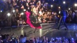 Sur scène, Madonna pleure et chante