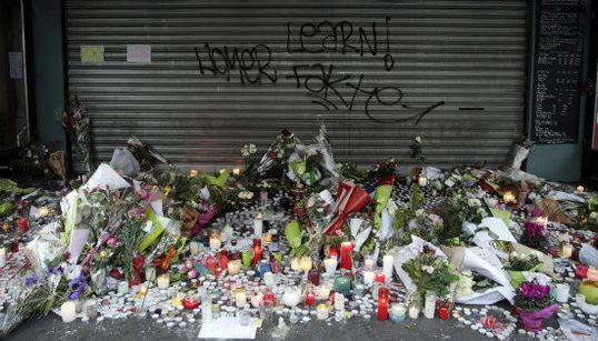 Fleurs, bougies et messages se multiplient sur les lieux des