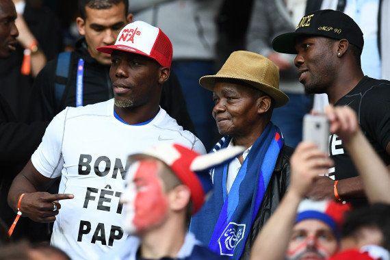 Paul Pogba célèbre la fête des pères sur la pelouse après le match France-Suisse pour l'Euro