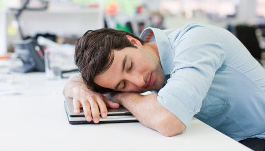Vive la sieste! 8 Français actifs sur 10 sont fatigués au