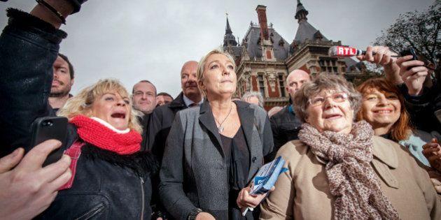 A Calais, Marine Le Pen vient dénoncer les migrants... et préparer les régionales de