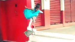 Cette petite fille en robe de princesse est une pro du