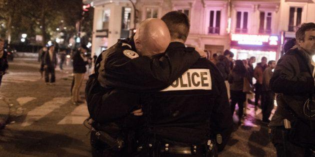 PHOTO. L'émotion de deux policiers photographiée à Paris au surlendemain des