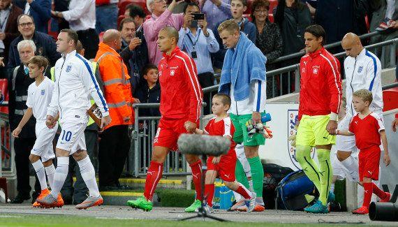 David Beckham permet à son fils Romeo d'accompagner Wayne Rooney sur le terrain pour son