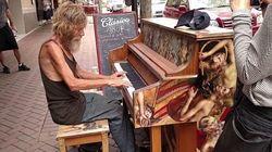 Ce SDF joue du piano en pleine rue et fascine les
