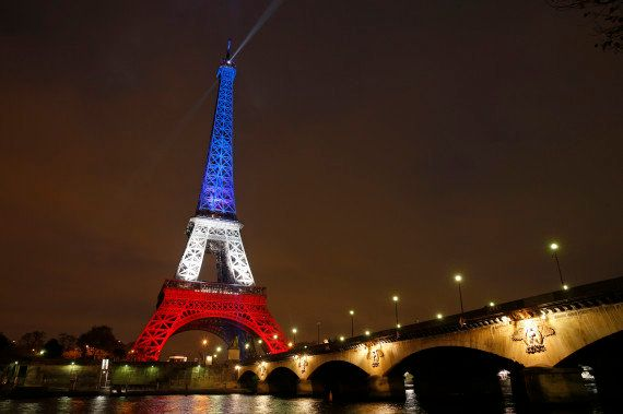 PHOTOS. La Tour Eiffel s'illumine de bleu banc rouge et arbore la devise de Paris