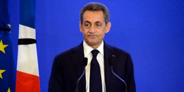 Sarkozy pris au piège de l'union nationale, doublé par Hollande et contourné par
