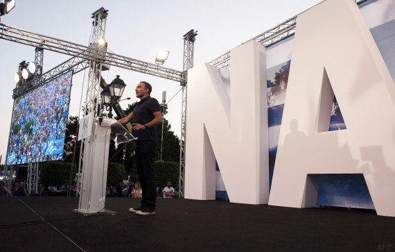 PHOTOS. Nikos Aliagas à la tribune en Grèce pour défendre le